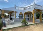 Parcela independiente en venta con una superficie de 4.000m2 de terreno. Cuenta con vivienda unifamiliar de 300m2 distribuida en una sola planta.